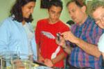 יפים דורפמן, אבי פזילוב, שני פבריקר, תלמידי כיתה ט' מצויינת מדעים מקבלים הסבר במכון ויצמן